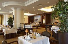 Restaurante Il Gallo d'Oro, no Funchal, recebe uma Estrela Michelin. Funchal, Conference Room, Table Decorations, Furniture, Home Decor, Environment, Star, Wood, Restaurants