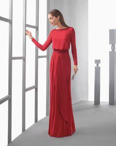 Vestido largo ablusonado ligero de georgette, con manga larga, y pedrería bordada en cintura y espalda en pico, en color rojo, agua, plata, marino, azul y cobalto.