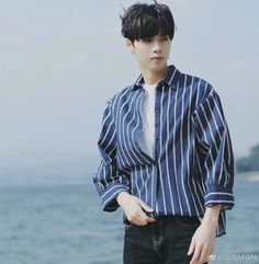Love the shirt! Korean Fashion School, Korean Fashion Ulzzang, Korean Fashion Street Casual, Korean Fashion Winter, Korean Fashion Dress, Korean Fashion Casual, Casual Street Style, Winter Mode Outfits, Winter Fashion Outfits