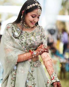 (C) Safarnamafilms | Mehendi look for Indian brides | Mehendi bride | #wittyvows #bridesofwittyvows #mehendi #mehendilook #mehendioutfit #tuesdayvibes #indianbride Sangeet Outfit, Mehendi Outfits, Bridal Portrait Poses, Photo Poses For Couples, Bridal Photoshoot, Offbeat Bride, Bridal Pictures, Lehenga Designs, Indian Designer Outfits