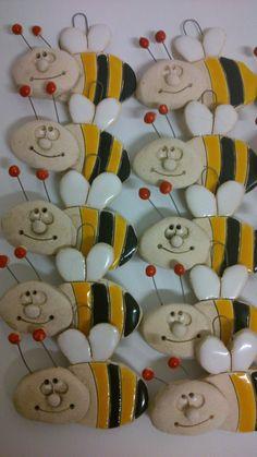 Včelička+na+krk+Malý+keramický+přívěsek-+včelička+očko+z+drátku+cena+za+kus