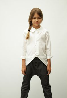 Unisex baggy pants in grey denim. Elasticated waist, side front pockets. Button details in the front, relaxed fit.