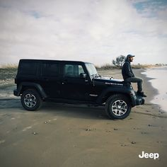 Profesjonalny surfer Roberto D'amico znalazł idealnego towarzysza do czekania na najpotężniejszą z fal. #Jeep #JeepWrangler Wrangler Unlimited, Jeep Wrangler, Vsco, Monster Trucks, Vehicles, Jeep Wranglers, Car, Vehicle, Tools