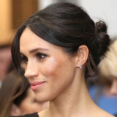 <p>The royal-to-be always chooses to show off her natural beauty, with simple makeup looks, a gorgeous bun and a pair of Birks earrings for the evening. <p>Photo: © Getty Images