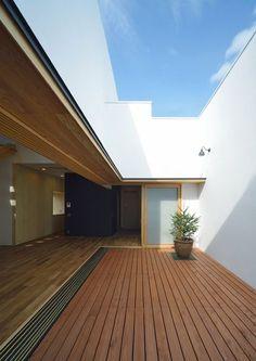 darker wood / teak in atrium Japanese Modern House, Japanese Interior, Interior Exterior, Interior Architecture, Villa Design, House Design, Warehouse Renovation, Courtyard House Plans, Space Interiors