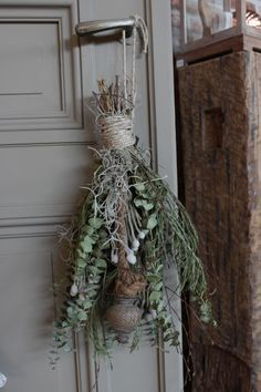 De groene toefjes zijn een must-have in een landelijk interieur. De toefjes zorgen voor warmte, knusheid en soberheid en zijn mooi te combineren met poedertinten.