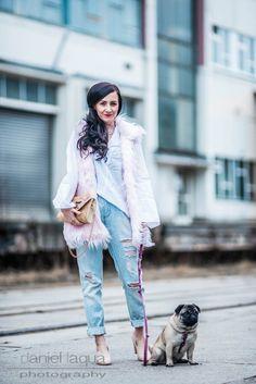 Outfit mit Fake Fur Weste von Silvian Hersch, weiße Oversize Bluse von H&M, ripped Boyfriend Jeans und Basttasche mit Katzengesicht | OOTD | Julies Dresscode |Fashion Blog | https://juliesdresscode.de