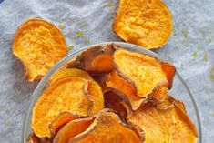 One more healthy version of homemade sweet potato chips! This sweet potato chips are easy to prepare and healthy to eat! In just 45 minutes you have healthy sweet potato chips to snack on! Veggie Snacks, Healthy Snacks, Snack Recipes, Cooking Recipes, Yummy Recipes, Vegetarian Recipes, Homemade Sweet Potato Chips, Sweet Potato Slices, Diet