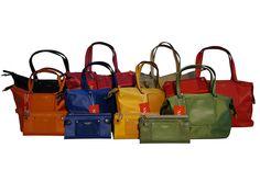 Si trasforma da shopper a bauletto, sempre in nylon coloratissimo e con portafogli abbinati. Perferisci la misura grande o media? E poi, in che colore? Un bel dilemma, vero? Per info e acquisti visita la nostra vetrina su Amazon: http://www.amazon.it/s/ref=sr_nr_p_4_5?me=AMVJO3UPU429R&fst=as%3Aoff&rh=p_4%3ANaj+Oleari&ie=UTF8&qid=1434011998