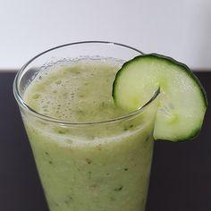 Zoek je een recept voor een gezonde smoothie met komkommer? Deze gezonde én lekkere smoothie bevat komkommer, bleekselderij, appel, banaan en gember. Detox Smoothies, Easy Smoothies, Smoothie Drinks, Fruit Smoothies, Smoothie Recipes, Healthy Drinks, Healthy Recipes, Swagg, Superfood