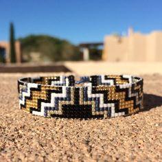 Esta pulsera de telar de grano Duque es un diseño de PuebloAndCo ORIGINAL 100%; Estoy inspirado por todos los hermosos nativos y latinos americanos patrones que veo a mi alrededor en Albuquerque, Nuevo México. Como con todas mis piezas, he creado en un telar de grano con gran cuidado y
