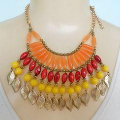 Maxi colar feito com contas de resina coloridas abs e corrente dourados. R$ 12,00