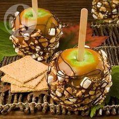 Manzanas verdes cubiertas de caramelo de leche, galletas Marías, malvaviscos miniatura y chocolate.