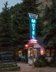 The Whispering Pines Motel, a classic cluster of mountain cabins in Estes Park, the eastern entrance to Colorado's Rocky Mountain National Park Rock Posters, Station Essence, Vintage Neon Signs, Regal Design, Poster Art, Rocky Mountain National, Retro Wallpaper, Estes Park, Westerns