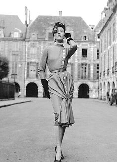 BETTINA 1951 SHOWS HOW TO GIVE HAUTEUR IN JACQUES FATH!