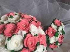 Ramo de fieltro: Rosas de pitiminí rosas y blancas   Mini ramo