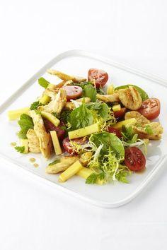 Een overheerlijke salade met kip en mango, die maak je met dit recept. Smakelijk!