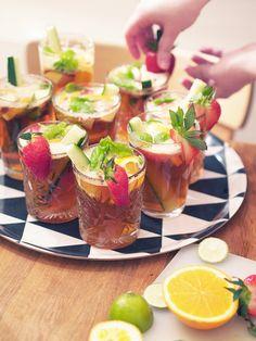 Kotilo - Divaaniblogit // Pimm's-likööriä, limonaadia, kurkkua, mansikoita, mintunlehtiä ja appelsiinia