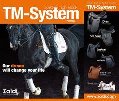 TM-System: Neues Konzept Größere Bewegungsfreiheit durch Befreiung der Knie. Bis jetzt hat man aufgrund der Verwendung der Kniestütze die Knie beim Reiten nicht frei gehabt, sowohl um sich selbst festzuhalten als auch, um das Pferd zu beherrschen. Mit dem neuen System, das den Halt auf die Schenkel verlegt, bekommen wir die Knie frei, um die Hilfs- und Stützfunktionen mit völliger Freiheit ausführen zu können.