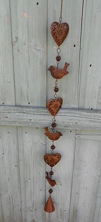 Charming hearts & birds. I bought one of these at an outdoor flea market in El Tigre, to the north of Buenos Aires. I love it!