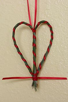 Frontier Dreams: Pine Needle Crafts & I'm Finally Back! Pine Needle Crafts, Twig Crafts, Pine Cone Crafts, Nature Crafts, Crafts To Do, Pine Cone Art, Pine Needle Baskets, Pine Needles, Camping Crafts