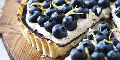 Frisk og sødmefyldt blåbærtærte med mascarpone, der er en mild og cremet flødeost. Find opskriften på denne lækre tærte her.