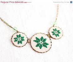 Geometrical green necklace with three cross stitch by skrynka