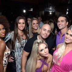 Com vestido ousado e pernas de fora, Janaina Santucci lança Playboy em São Paulo