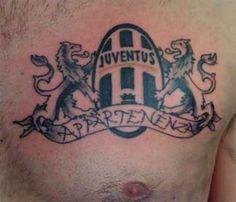 Una sola passione: la Juventus.Il tatuaggio con lo scudetto sul petto è un classico per il tifoso bianco-nero.  #juventustattoo #tatuaggio #juventus #passione #calcio #fedecalcistica #tifoso #ink #inkmet