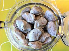 Gyldenbergs: Ristede mandler med hvid chokolade og lakrids .