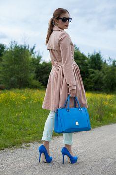 25 vêtements - 50 Looks: Outfit 1 - Mint & berry trench-coat + jean + Schumacher Conley Pastel Blue Print Blouse