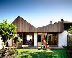 Datum House by Rob Kennon Architects - Abbotsford, VIC, Australia - Australian Architecture - Image 2 Australian Architecture, Residential Architecture, Modern Architecture, House Roof, Facade House, Solar Panel Cost, Timber Cladding, House Extensions, Interior Exterior