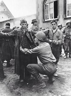 Soldado adolescente alemán registrado por un soldado USA. Berlín, abril, 1945.