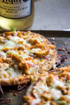 Flatbread Buffalo Chicken Pizza Buffalo Chicken Flatbread Pizza is a your whole family will enjoy! Chicken Pita, Buffalo Chicken Pizza, Buffalo Chicken Flatbread Recipe, Flatbread Pizza Recipes, Cooking Recipes, Healthy Recipes, Healthy Dinners, Yummy Recipes, Pizza