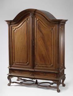 Anonymous   Kabinet van padoukhout met panelen van ijzerhout, Anonymous, 1740 - 1760   Kabinet van padoukhout (of sono keling?) met panelen van ijzerhout (Ambonees hout?). Het kabinet rust op lage S-vormig gebogen poten, eindigend in klauw-en-bal, verbonden door een geslingerd kruis. Het heeft twee deuren boven twee laden, alle versierd met profielen en panelen. De hoekstijlen zijn overhoeks geplaatst; de geprofileerde kap is gebogen. Slotplaat en trekkers van zilver.