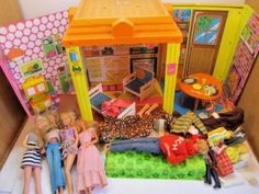 VINTAGE-1973-BARBIE-COUNTRY-LIVING-HOME-VINYL-PLAY-SET-TOY-WITH-DOLLS-CLOTHES