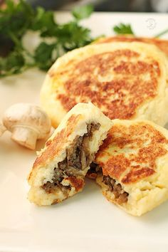 B Food, Calzone, Tortellini, Finger Foods, Food And Drink, Low Carb, Menu, Bread, Spanakopita