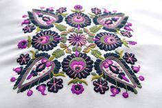 Szarvasi szűcshímzéssel díszített párna - Monka For You Hungarian Embroidery, Folk Embroidery, Textiles, Hungary, Zentangle, Folk Art, Diy Crafts, Stitch, Drawings
