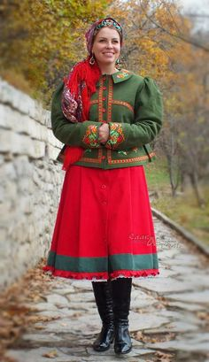 Doushegreya (short coat-jacket) Lubavushka is made of natural Belarusian linen fabric. Linen fabric is strengthened with dublerin. Also there is a warmed quilted lining on the sintepon. The collar is insulated. On the sintepon. Clasp - buttons. Embroidery copies ancient Russian floral