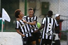 Camilo, Neilton ou Sassá. A cada jogo um marca um gol.