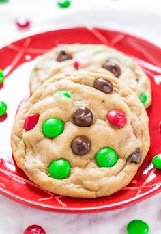 These bakery-style M&M's cookies are soft, chewy, buttery, and LOADED with M&M's and chocolate chips. No one can resist these cookies! Baking Recipes, Cookie Recipes, Dessert Recipes, Homemade M&m Cookie Recipe, Holiday Baking, Christmas Baking, Christmas Cookies, Chocolate Chip M&m Cookies, Chocolate Chips