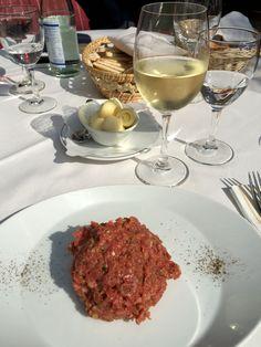 Tartare di manzo deliziosa. Vino bianco Sauvignon winkl. Se vi trovate in Alto Adige e siete alla ricerca di un ottimo posto dove andare a mangiare, il consiglio di oggi è Restautant Pautaner.