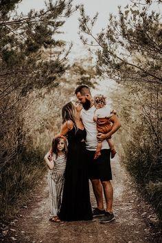 #boho #bohoshoot #bobophotoshoot #fieldphotos #sunflowerfield #sunflowerphotos #bohofamilyphotos #bohophoto #mobilepreset #photoediting #moodyphotos #moodypreset #moodyphotography #moody Family Photos With Baby, Outdoor Family Photos, Photos With Dog, Fall Family Photos, Family Family, Family Pictures, Family Holiday, Outfits Fo, Fall Outfits