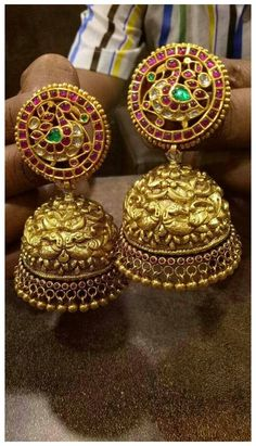 Gold Jhumka Earrings, Indian Jewelry Earrings, Gold Bridal Earrings, Jewelry Design Earrings, Indian Wedding Jewelry, Gold Earrings Designs, Gold Jewellery Design, Bridal Jewellery, Amrapali Jewellery