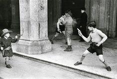 Bilder und Worte. Das ist der Titel der Fotoausstellung, die sich Henri Cartier-Bresson in der Reggia di Caserta in Neapel widmet und die noch bis zum 14. Januar zu sehen ist. Eine Werkschau einer der ganz großen Meister des Objektives, der für viele der Vater des Fotojournalismus schlechthin ist, da er sein Augenmerk auf Kritiker, Schriftsteller, Intellektuelle, Fotografen und Freunde lenkte.