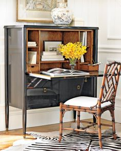 Love this desk! Could do with a bit less glossy shine though & of course a color would be better :)... Love the chair too - but in turquoise or green or blue or yellow or red :)