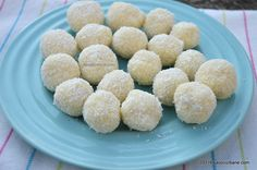 Bomboane Raffaello reteta simpla. Bomboane Raffaello de casa cu nuca de cocos, unt si alte ingrediente naturale, o reteta explicata pas cu pas care poate fi Sweets Recipes, Cake Recipes, Muffin Tin Breakfast, Christmas Candy Crafts, Birthday Sweets, Food Cakes, Diy Food, Coco, Food To Make