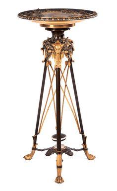 Höhe: 95 cm. Durchmesser: 46,5 cm. Frankreich, um 1880. Bronze und lackiertes Metall, Onyx und Marmor. Auf drei Löwentatzenfüßen drei schlanke Beine mit...