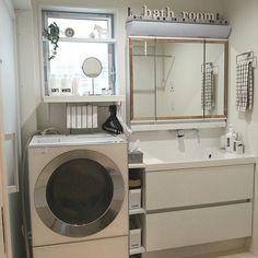 女性で、4LDKの洗面所/LIXIL洗面台/白のチカラ/シンプル/Panasonic洗濯機/DIYタイル…などについてのインテリア実例を紹介。「うちの1階の洗面スペース。 90cm幅のLIXIL洗面台です♪ かなり狭いスペースですが大容量の洗面台でスッキリ収納できます。 ちょっとしたDIYで自分流にアレンジ。洗面所」(この写真は 2016-11-20 12:32:47 に共有されました)