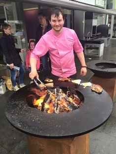 De OFYR vuurschaal BBQ tijdens een kookdemonstratie.
